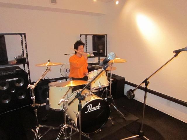クロス施工後、ドラムや器材もはいりました。 ドラムも思いっきりたたくことができます。