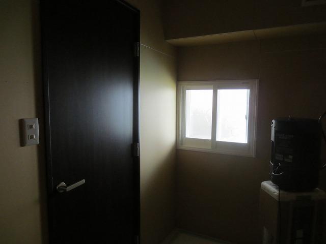 木造アパート自作防音室をより精度の高い防音室にリフォーム工事です。こちらはアパートのオーナーさまが貸室のお部屋の洋室1室を防音室にされるのでピアノ室仕様に計画しています。