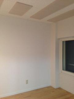 防音室の天井には当社オリジナルの吸音パネルを取り付け、 長時間の練習にも疲れにくい空間に仕上げています。