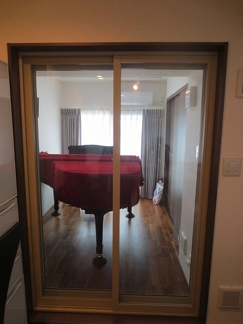 昨年の秋に施工したお客様の防音室にお邪魔してまいりました。 マンションのスケルトンリフォームで、一室をピアノ練習用の防音室にする工事を担当させていただきました。