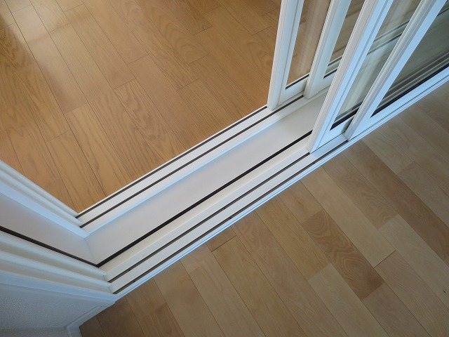 新築戸建住宅にピアノとトランペット用の防音室をつくりました。 施工は昨年の夏でしたが、楽器がはいったお部屋に先日お邪魔しました。掃出し窓でとても開放感のあるお部屋となりました。 おすすめの二重サッシの掃出し窓です。