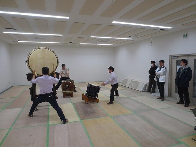 市の公共施設の65畳の遊戯・運動室を太鼓用の防音室に改修工事です。 完成後、太鼓の試打をしていただきました。