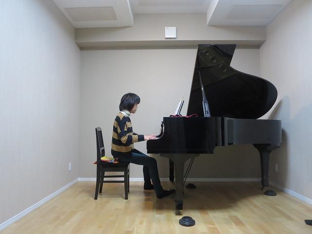 戸建住宅洋室をピアノ室に改修工事です。 既存の床を解体し、遮音補強をしてから床をあげてバリアフリーの計画です。ピアノが入り、奥様に弾いていただきました。