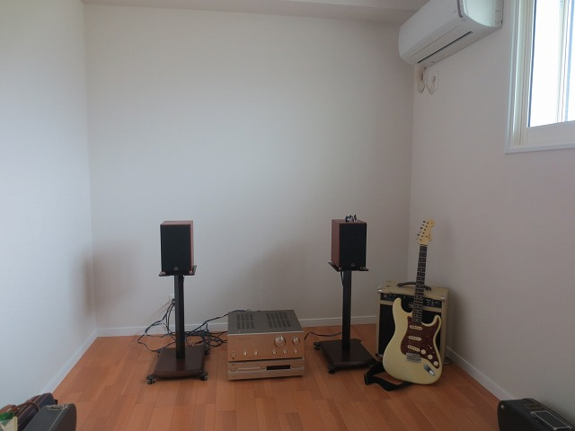 新築戸建住宅2階にエレキギター練習用の防音室をつくりました。 ハウスメーカーさんとジョイント工事です。 当社の施工は2月末に完了しハウスメーカーさんのクロス・電気工事後にお邪魔して写真を撮らせていただきました。
