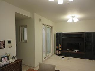 マンションリビング横の和室をピアノ室に改修工事しました。 ご主人の管楽器室としてもご使用される予定です。