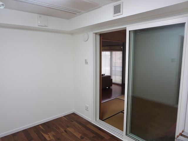 戸建住宅洋室をピアノ室に改修工事しました。 腰窓はつぶして開口部を減らす計画です。 音源はYAMAHA C3です。