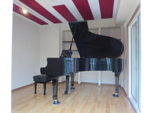 ピアノが入りました。 他のお部屋の茶系の建具と合わせて、防音室内の窓枠や楽譜棚の棚板も茶系でまとめました。