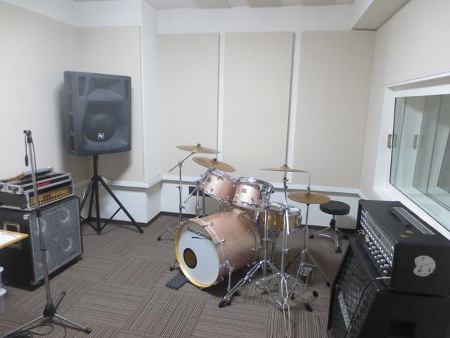 壁と天井には当社オリジナルの吸音パネルを取り付けてデットな空間を作り上げています。オーナー様にも喜んでいただけました。