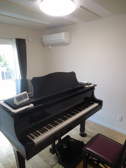 クロス施工後ピアノがはいったとお客様にご連絡いただいたので、 写真を撮らせていただきました。 大きな掃出し窓で陽の光がよくはいる明るいお部屋です。