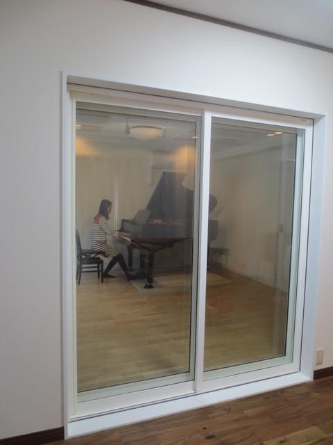 クロス施工後、グランドピアノが搬入されました。
