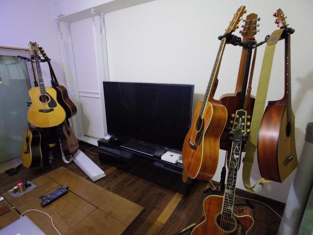 クロス施工後、お施主様コレクションのギターやTVが搬入され、お部屋らしくなってきました。