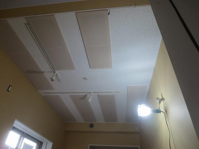 クロス施工前です。天井には吸音パネルを取り付け、長時間の練習にも疲れにくい空間に計画しています。