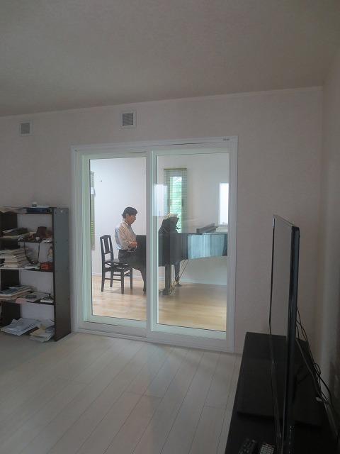 グランドピアノが搬入されました。リビングからの連動した空間に仕上がりました。