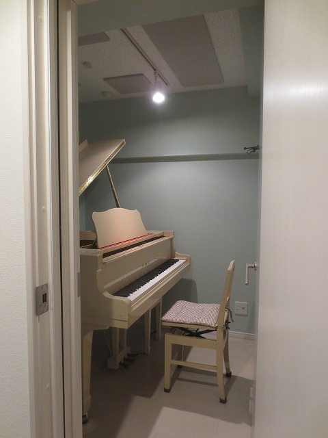 ピアノがはいるとまたガラリと雰囲気が変わりました。