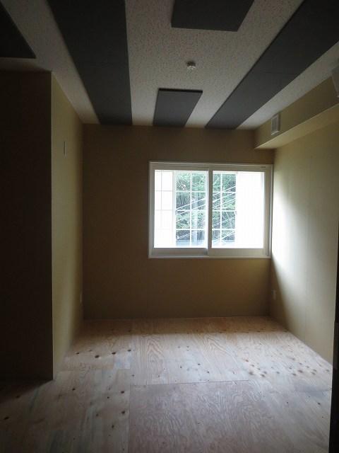 木工事完了です。クロス施工と床のタイルカーペットがはいるのが楽しみです。