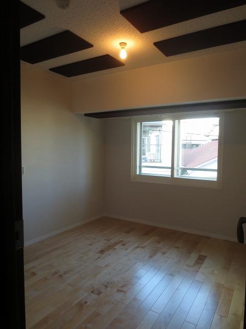 遮音性能にも納得いただき、無事にお引渡しとなりました! クロスの白色と床材で明るく爽やかな空間に、建具と天井の吸音パネルのダークブラウンがよく映えるスタイリッシュな空間に仕上がりました。