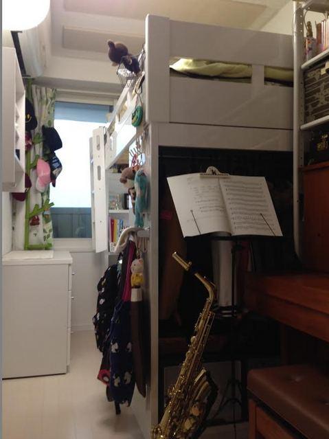 完成です!クローゼットがないお部屋なのでピアノ横のベットの脚となる家具にハンガーパイプを設けました。 天井は当社オリジナルの吸音パネルを設置して長時間の練習にも疲れにくい空間に仕上げています。