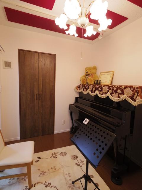 アップライトピアノも入り完成となりました。 天井の吸音パネルのエンジ色がアクセントになって、とてもお洒落な空間になりました。2年前に施工したピアノ室とはガラッと印象の違うお部屋です。