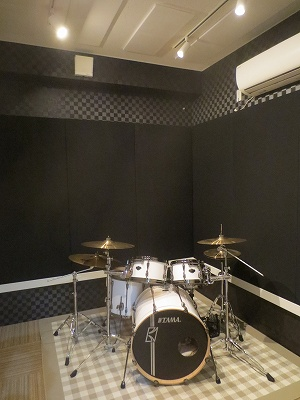 ドラムがはいり、ますますかっこいいスタジオに仕上がりました。 思う存分、好きな時間にドラムやバンド演奏をしていただければと思います。