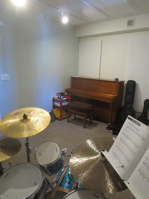 楽器が入ったお写真を撮らせていただきました。 白を基調にしているので明るく広く感じるお部屋に仕上がりました。 天井高もしっかり確保しているのでホールのような空間です。