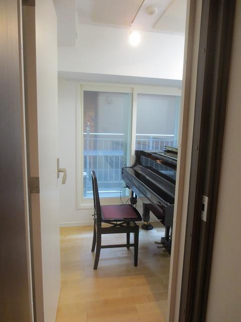 完成し、グランドピアノがはいりました! 天井は弊社オリジナルの吸音材を設置し、長時間の練習にも疲れにくい空間に仕上げています。