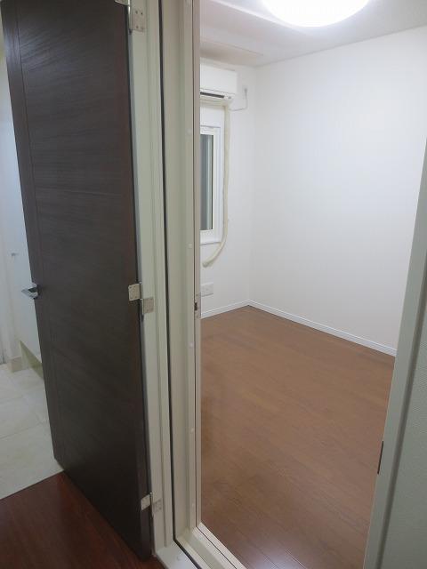 完成しました。 出入口の木製防音ドアは廊下側は他のお部屋と雰囲気を合わせ、防音室側と色味を変えました。