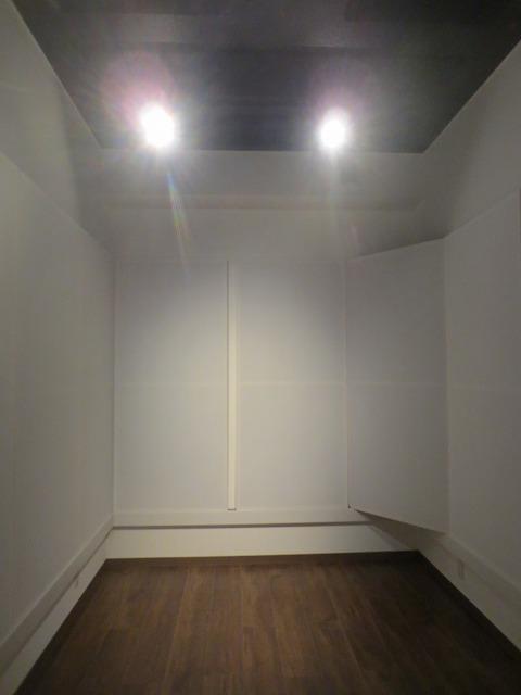 クロス施工後に壁の吸音パネルを設置しました。 バンド室なのでかなりデットな空間に仕上げています。