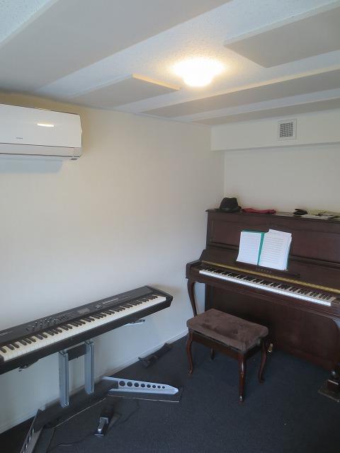 リフォーム業者さんのクロス・床カーペットの施工が終わり、ピアノと器材が入ったお部屋にお邪魔させていただきました。