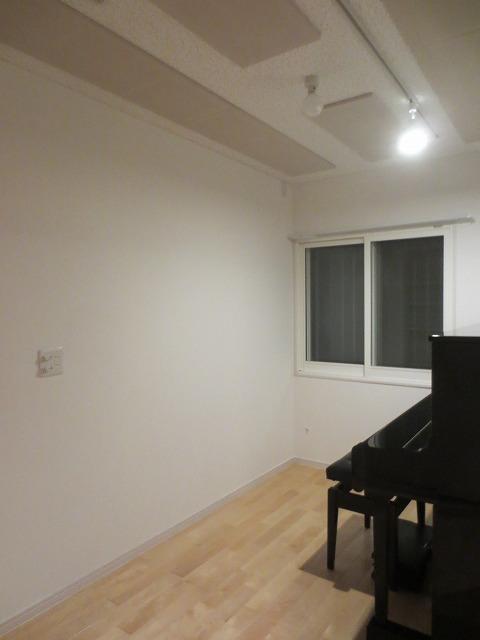 完成です。天井は吸音天井に仕上げています。 音の反響を調節してお客様のお好みの音響空間に仕上げます。