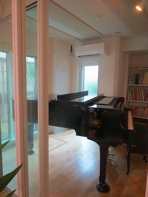ピアノが入ったお部屋のお写真を撮らせていただきました。 4面サッシで解放感あふれる空間です!