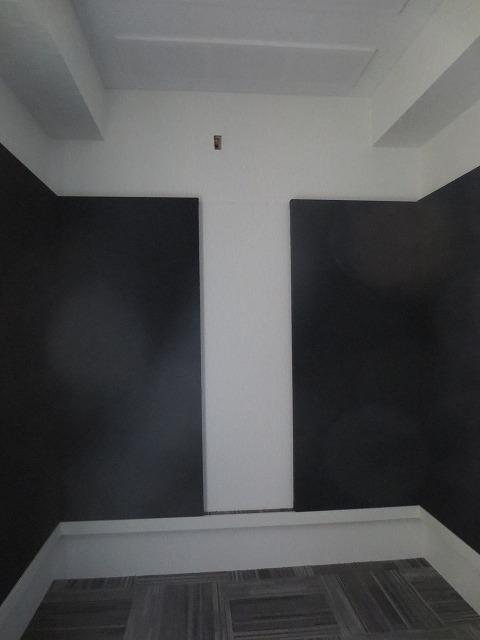 完成です!弊社の工事が終わりました。 タイルカーペットと壁の吸音パネルでガラリと雰囲気が変わりました。