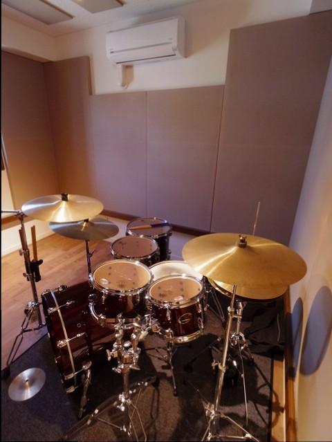 ドラムも入り完成です。 ドラム室の場合はピアノ室などよりもよりデットな空間に仕上げるため天井と壁に吸音パネルを設置します。