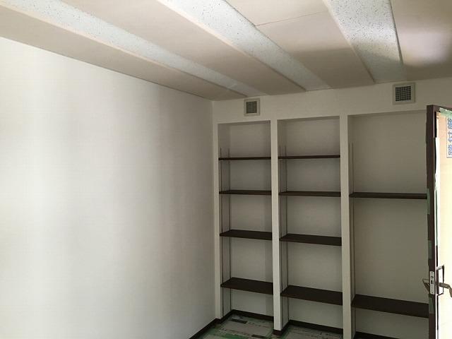 クロス工事も終わり完成です。 楽譜棚もしっかり設けました。棚板を床のウォールナット色に色味を合わせました。