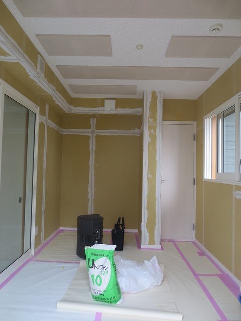 クロス施工前のパテ塗りの写真です。 リビングからも樹脂サッシの掃き出し窓で開放的な空間に。。。