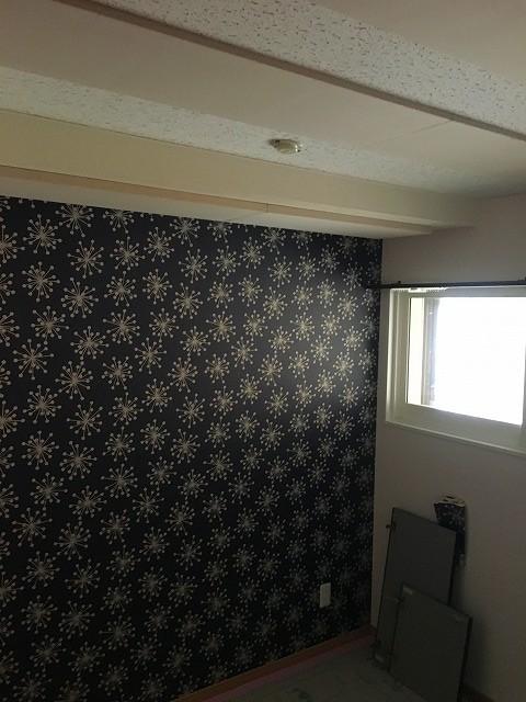 クロスが施工されたとご連絡があったのでお邪魔して天井の吸音パネルを設置させていただきました。