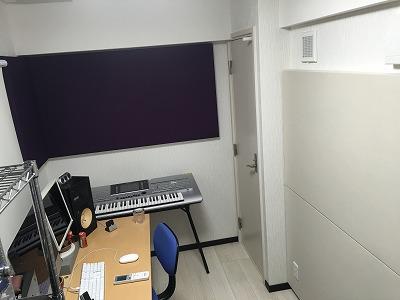 ギターを弾いたときに低い音の反響が気になるということだったので、ギターアンプの周辺と対面の壁、横の壁面にパネルを追加しました。 結果、反響音がすっきりして低音域~中音域の膨らみが解消しました。見た目にも、よりスタジオらしい部屋になりました。