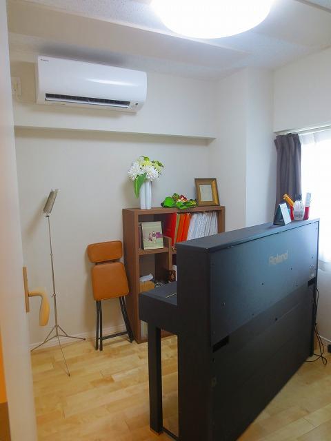 完成です!明るい印象のお部屋です。 床のメイプル材はピアノと同じ素材なので相性が良いと好評です。 お部屋が明るくなるのでピアノ室にはお勧めです。