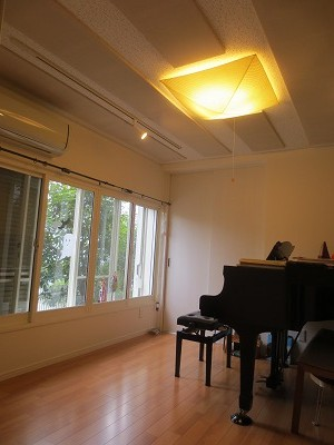 ピアノが搬入されました。 腰窓の内側に樹脂サッシをいれています。