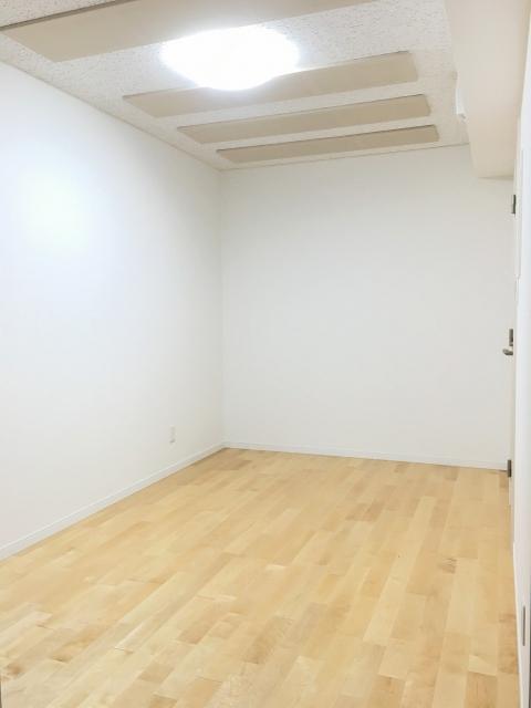 完成しました!! 床は無垢のメイプル材を使用しています。ピアノと同じ材質なので響きもいいです。お部屋の印象も明るく演出してくれます! お客様にも特に床を気に入っていただけました。
