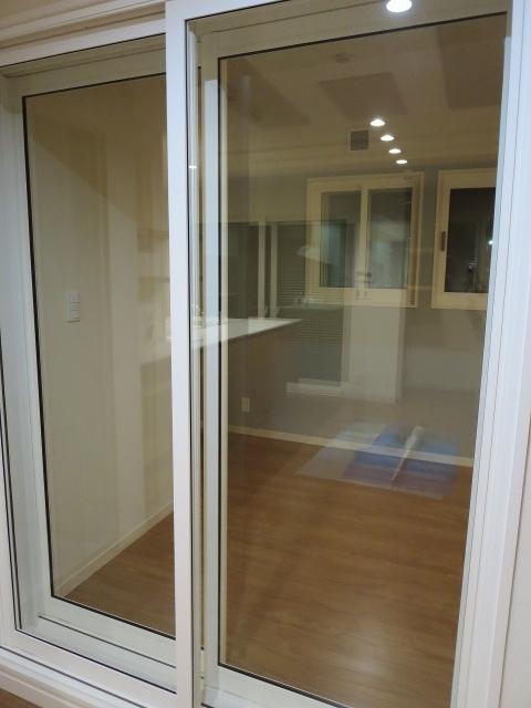 出入り口は樹脂サッシの掃き出し窓で開放的な空間に仕上がりました。