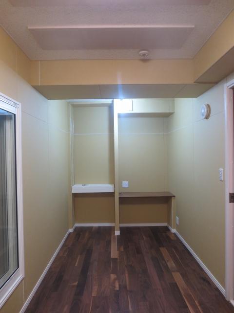 弊社の工事が完了しました。天井高も確保できているのでホールのような空間に仕上がっています。 クロス工事は別の業者さんが行いますので弊社の工事はこれで完了です。クロス施工後が楽しみです。
