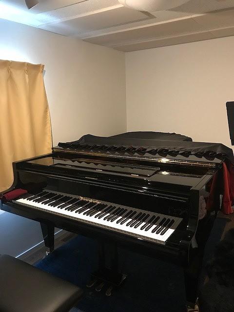 とても立派なピアノが入りお部屋の雰囲気も変わりました。 音漏れもなく弾けると言っていただけました。 ありがとうございました。