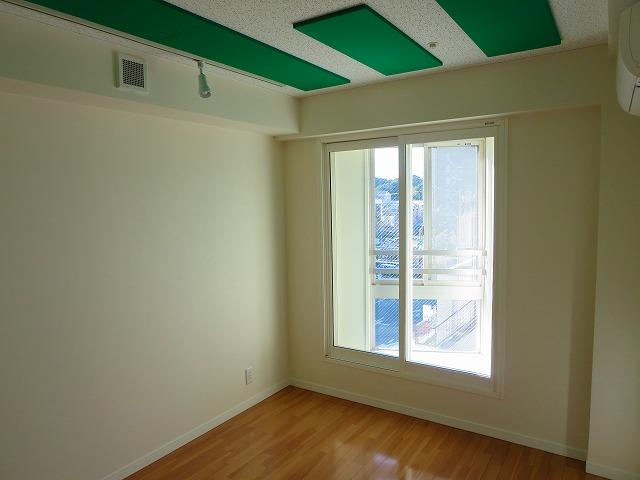 完成です。 出窓の内側には樹脂サッシを2重で設置し遮音性能を高めています。