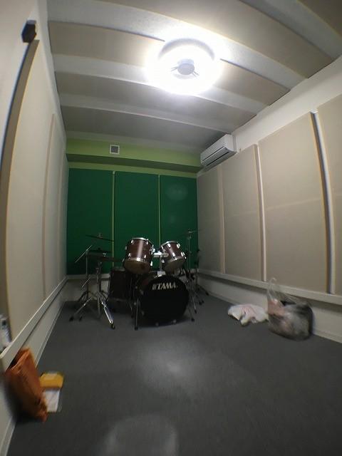 施工完了のお写真をいただきました。ありがとうございました。 ドラム室はデットな音響空間に仕上げるため、クロス施工後に壁にも吸音パネルを設置します。