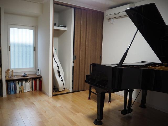 お客様からピアノ搬入後のお写真と温かいお言葉を頂きました。 ありがとうございます! 押入れと床の間は収納と楽譜棚に生まれ変わりました。 床の間の既設開口は生かし内側にFIX窓を入れ日の光が入ります。