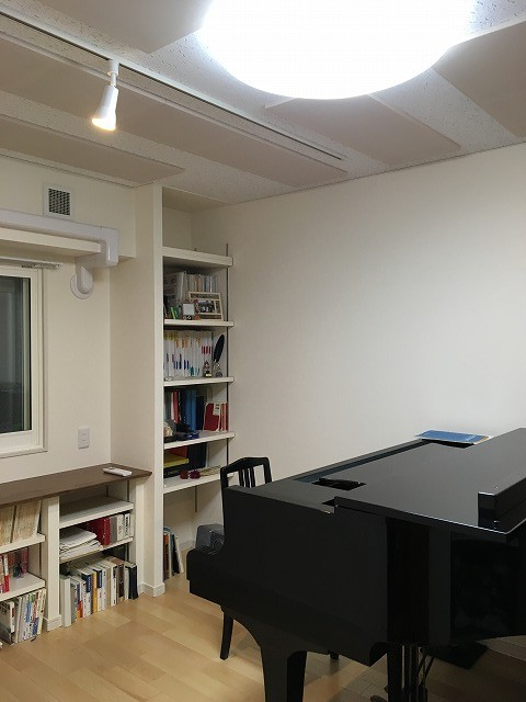 完成しました。 床材はメイプル材を使用し明るいお部屋に仕上がっています。 白を基調にしているのでより広く感じます。 PCカウンターと防音ドアのブラウンがいいアクセントになっています。