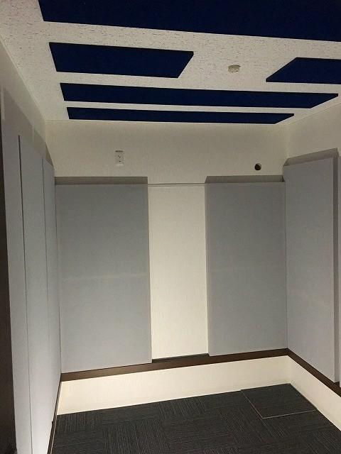 完成しました。天井と壁に吸音パネルを設置し音の響きを調節しています。