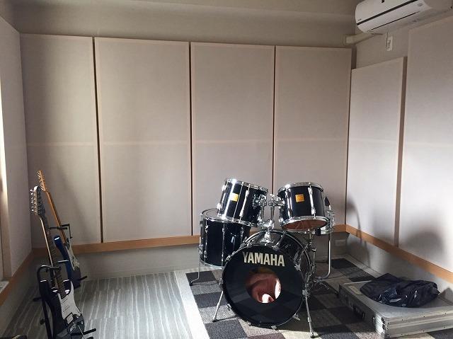 機材も入りました! バンドスタジオの場合、床をフロア材にすると響き過ぎてしまうためタイルカーペットをお勧めしています。