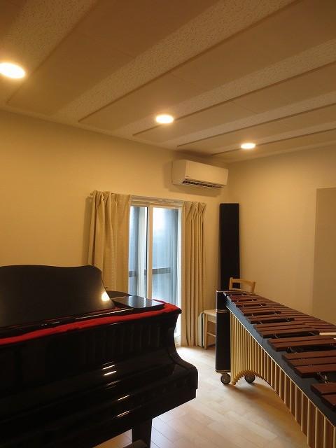 ピアノが入ったお部屋のお写真を撮らせていただきました。 既設掃き出し窓の内側には樹脂サッシを2重で設置しています。