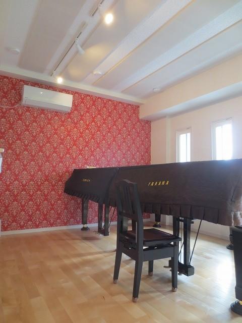 完成しました。 2台置きピアノ室です♪ 日の光が入る明るいお部屋に仕上がりました。